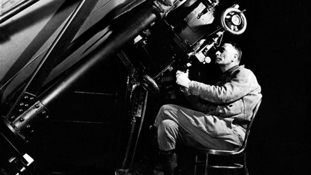 Edwin Hubble con el telescopio de la época