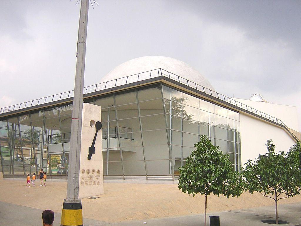 Planetario medelin por un costado exterior