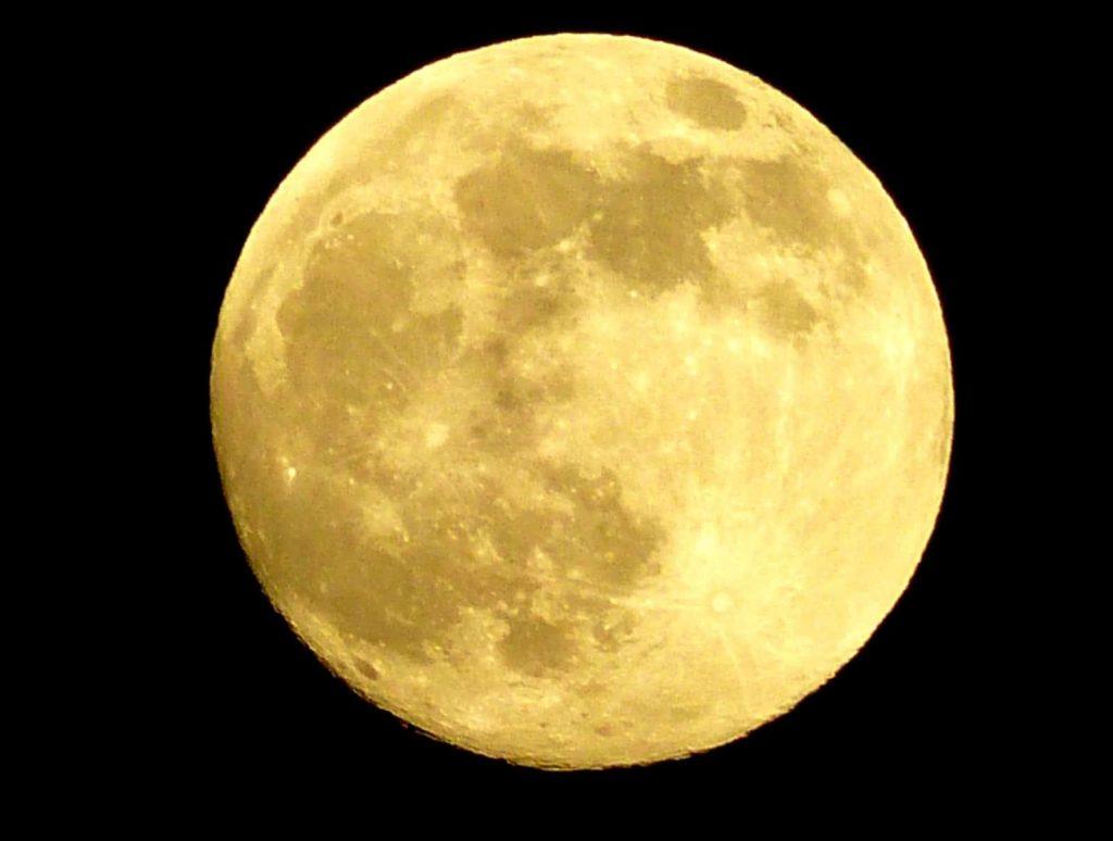 Por qué la luna se pone amarilla