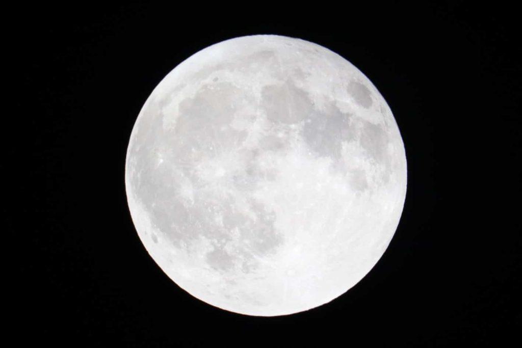 Por que la luna brilla