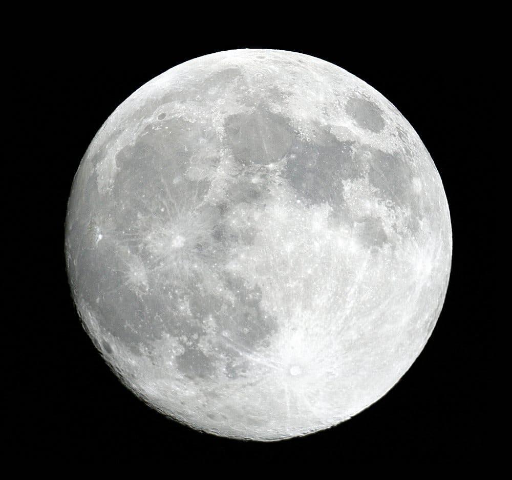 cuánto pesa la luna 4