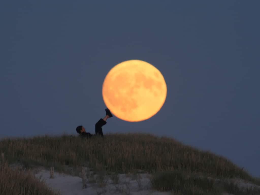 cuánto pesa la luna