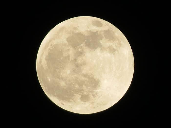 Por qué la luna es redonda