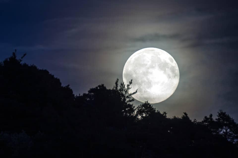 De qué tamaño es la luna