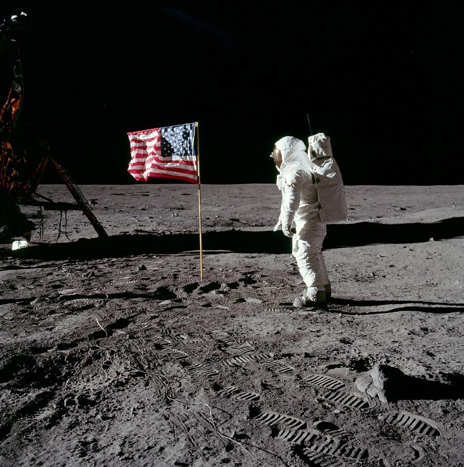 Neil Asmtrong en la luna