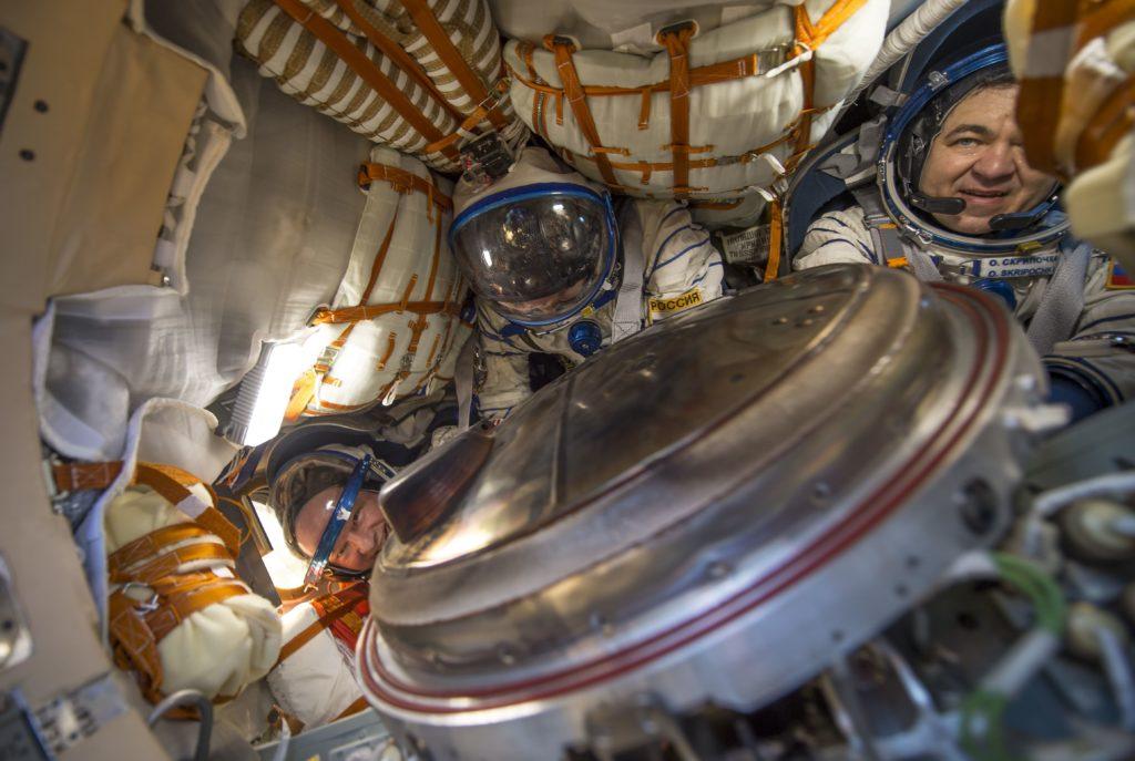 rusos y estadounidenses en una Nave espacial