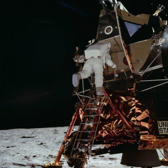 Neil Armstrong se vio afectado por la injurias en su nombre del supuesto viaje a la luna