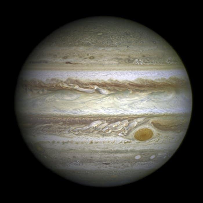 Qué planeta no tiene satélites y cuál tiene más